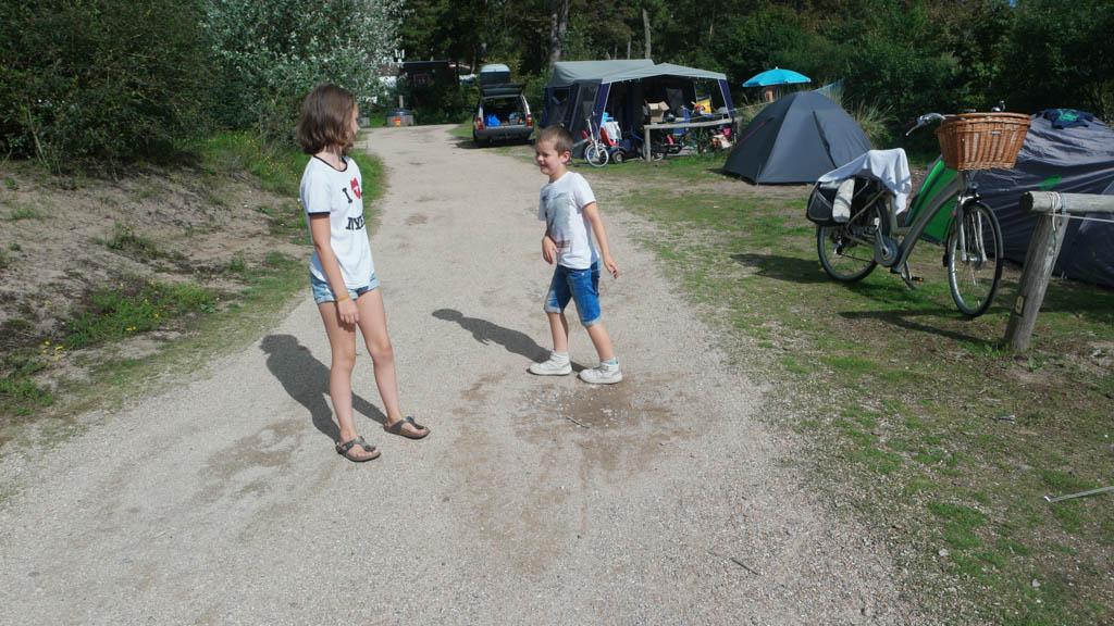 Er rijden weinig auto's op de camping.