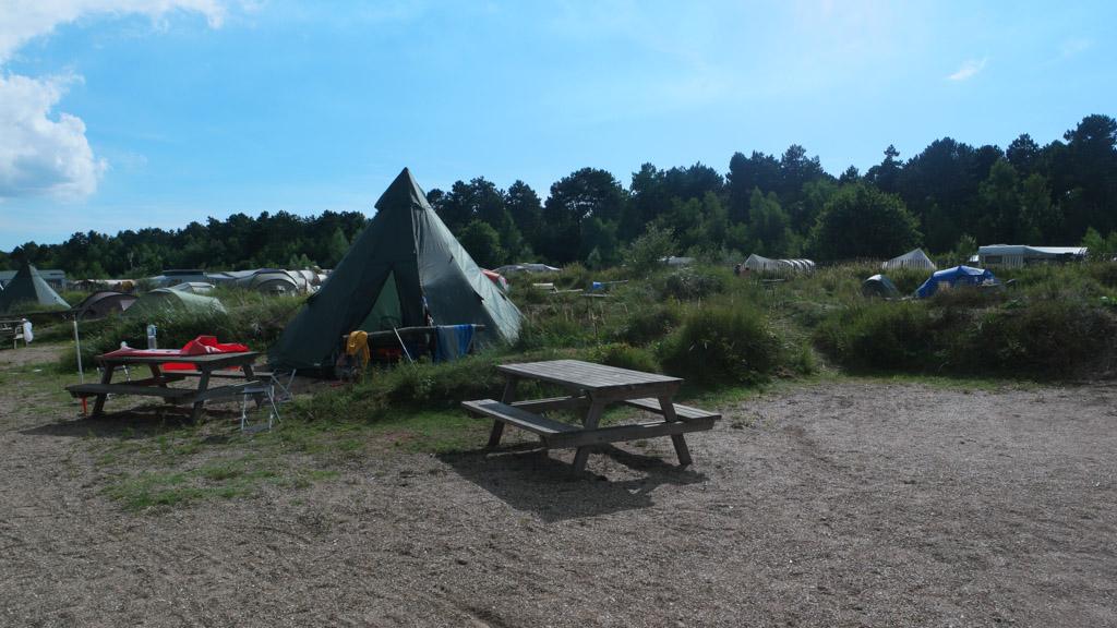Op het tentenveld heeft elke plek een picknicktafel.