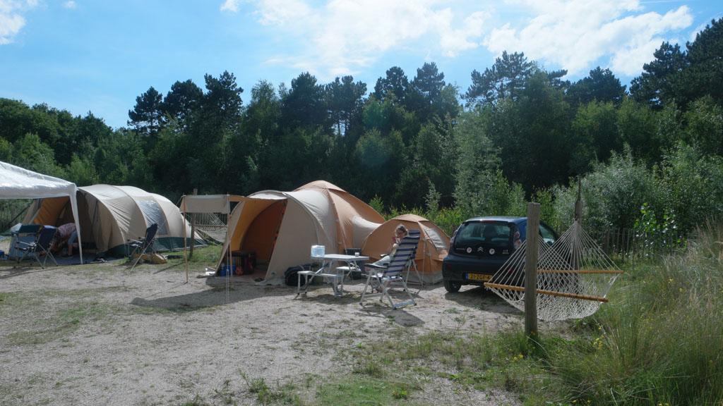 De kampeerplekken grenzen direct aan de duinen.