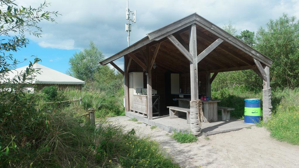 Op het Watersportveld is een barbecue voorziening.