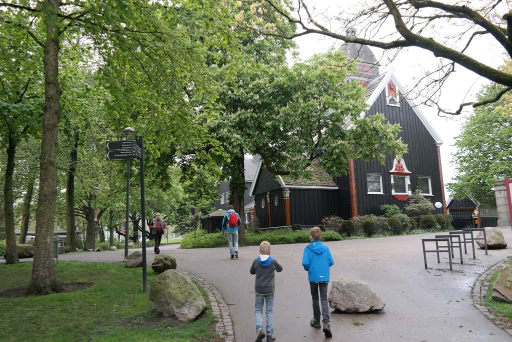 Een oud Noors kerkje staat aan de rand van Het Park.