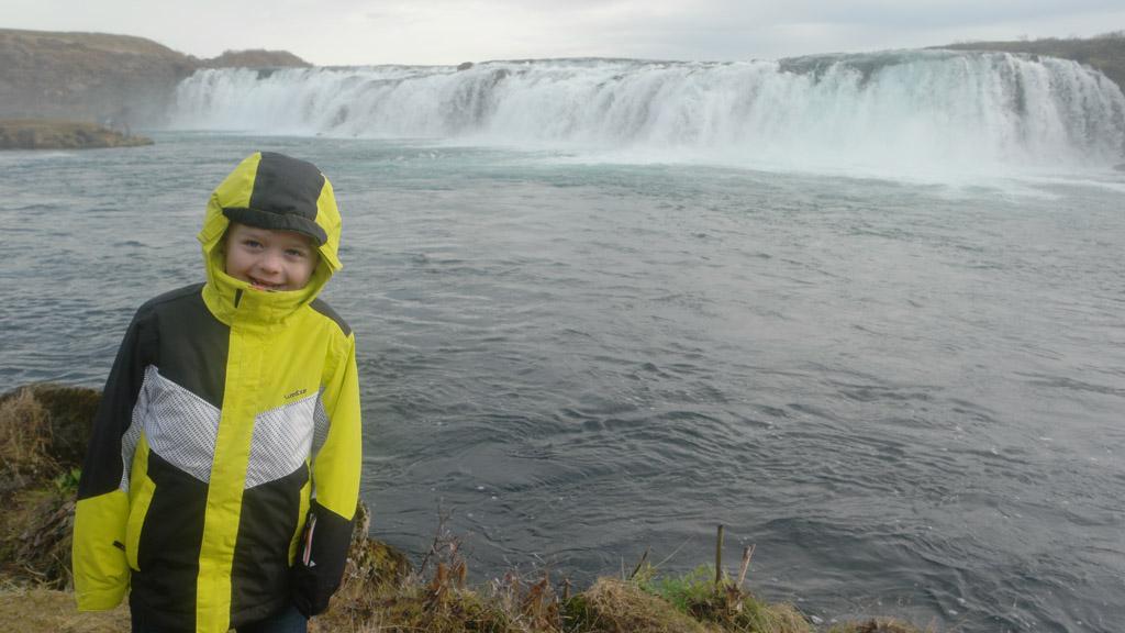 Camiel vindt het leuk dat hij hier langs de kant van het water kan klauteren.