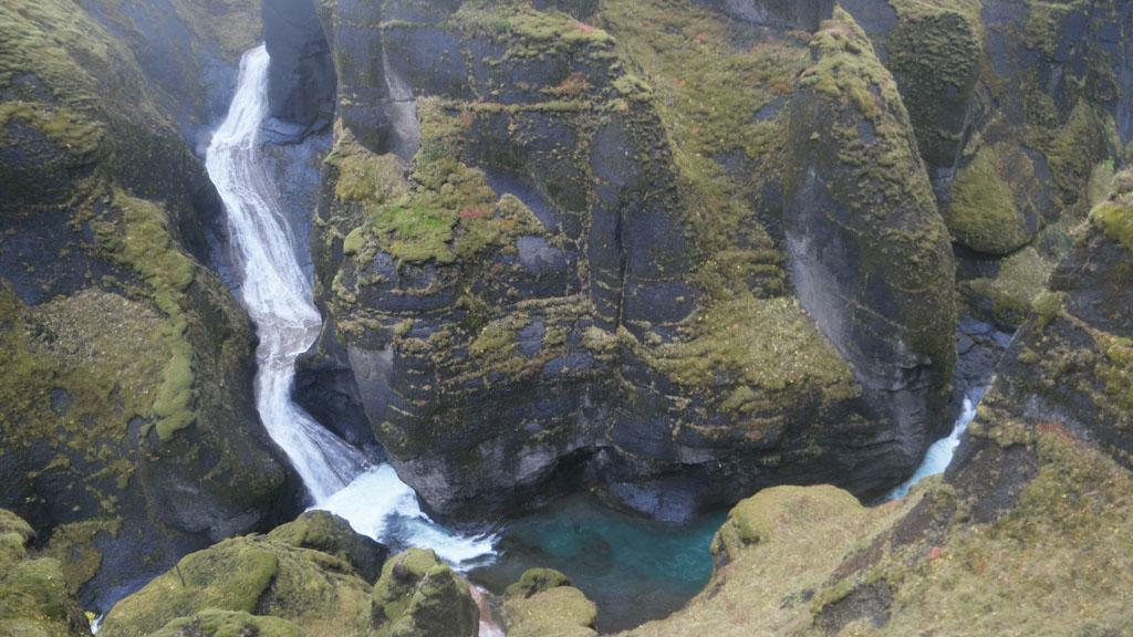 De waterval die in de Fjadrárglúfur uitkomt.