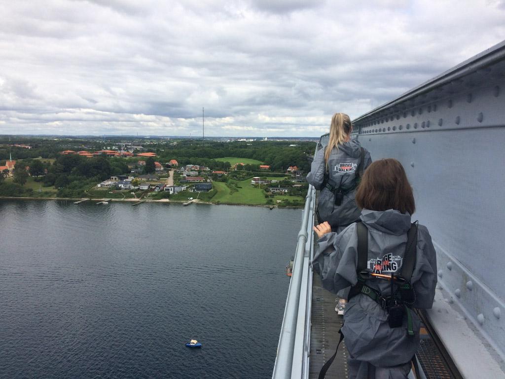 Maureen en Yvonne maken een wandeling op de brug.