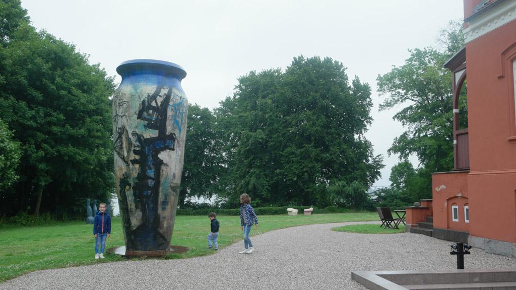 Buiten staan ook allerlei kunstwerken.