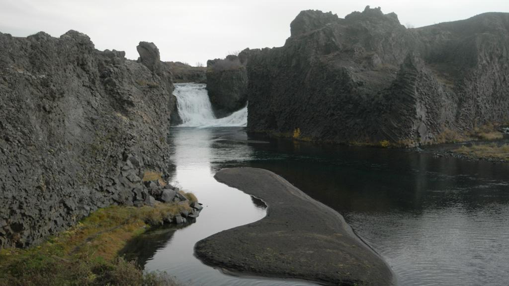 De twee waterstromen komen samen in een meertje.