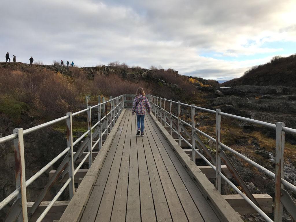 Via de brug over het water heen.