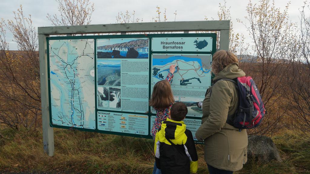 De wandelroutes naar Hraunfossar en Barnafoss zijn op de kaart te zien.