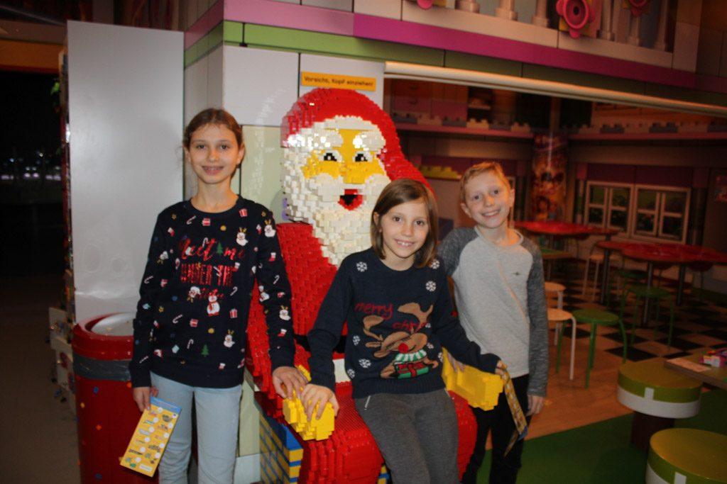 De kerstsfeer bij Legoland Discovery Centre Oberhausen met oudere kinderen opsnuiven.