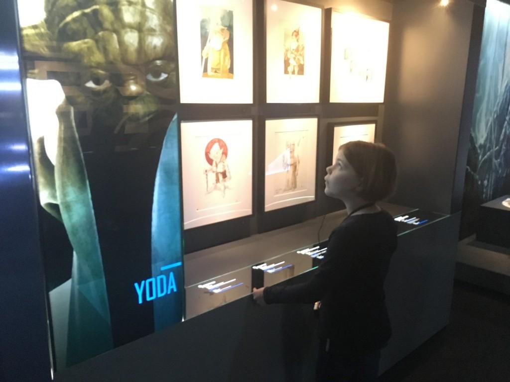 Lieke bekijkt de originele schetsen en ziet hoe Yoda tot leven is gekomen