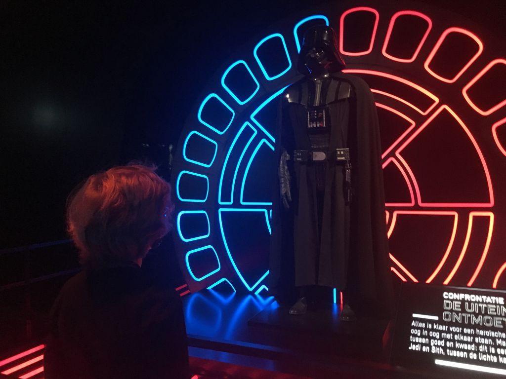 Faas kijkt met veel respect naar Darth Vader