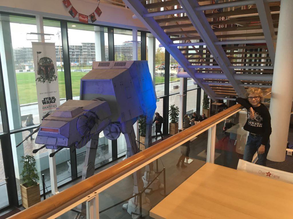 In de hal van CineMec Utrecht staat een gigantische AT-AT