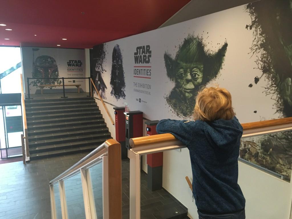 Overal in de bioscoop hangen enorme posters van de StarWars Identities Expo