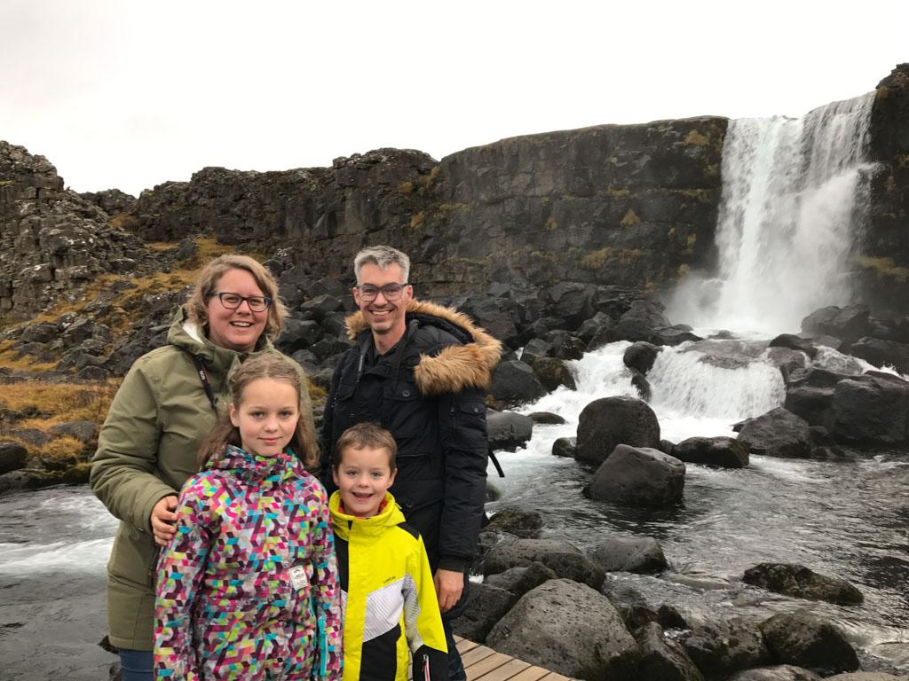 Zelfs in het laagseizoen zijn er altijd genoeg andere toeristen die een gezinsfoto kunnen maken.