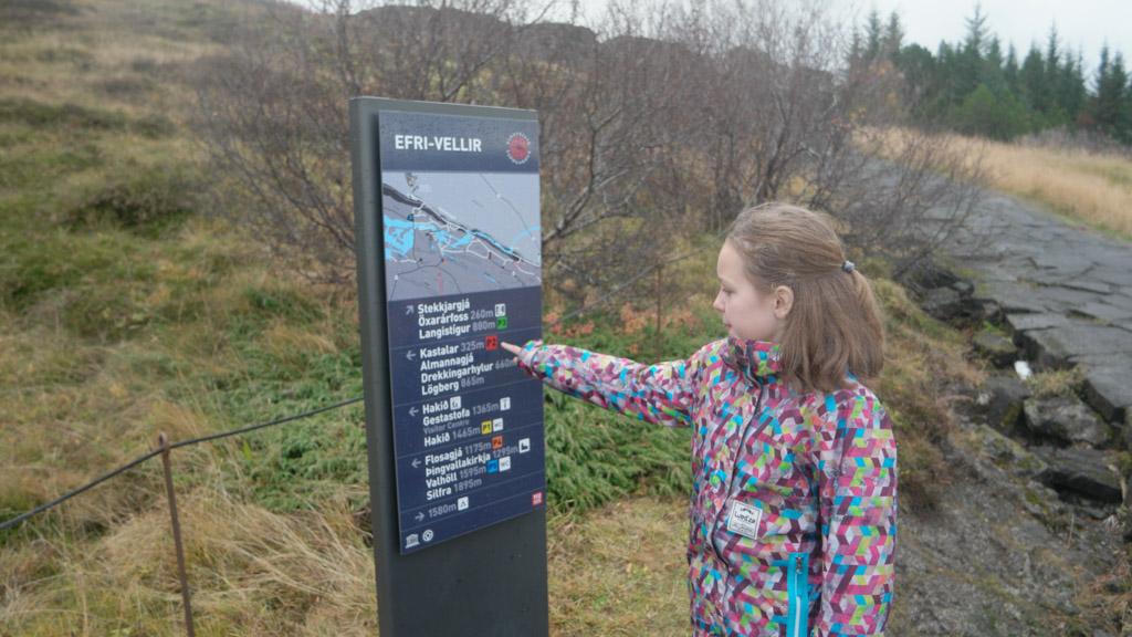 Maureen kijkt welke kant we op moeten voor de waterval in Thingvellir National Park.