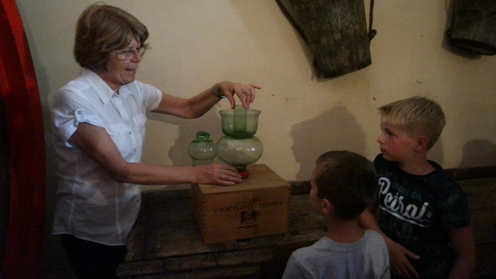 De kinderen worden betrokken bij de rondleiding.