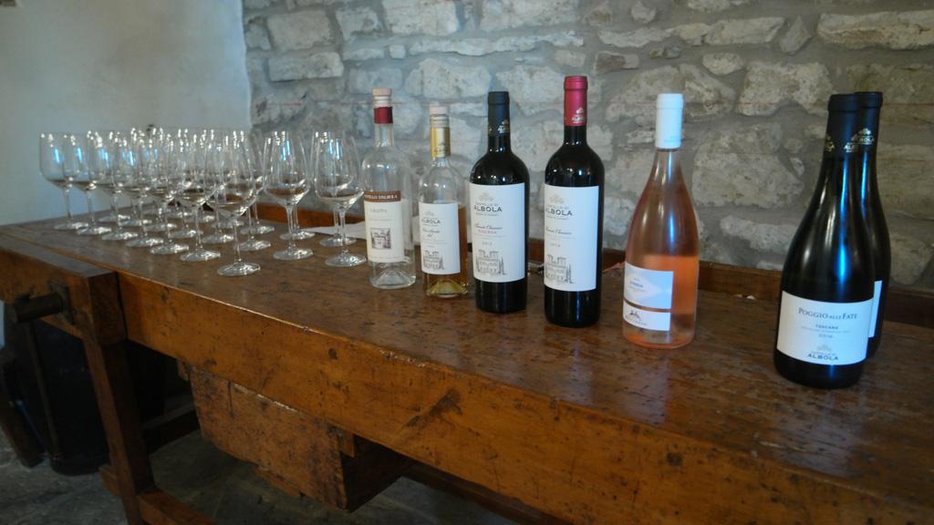 Alles staat klaar voor de wijnproeverij.