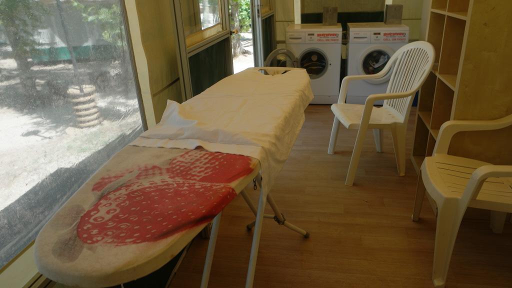 Voor de liefhebbers: er staat een strijkplank klaar in de wasruimte.
