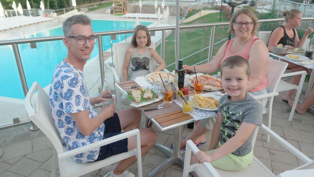 Op het terras bij het restaurant, met op de achtergrond het zwembad.