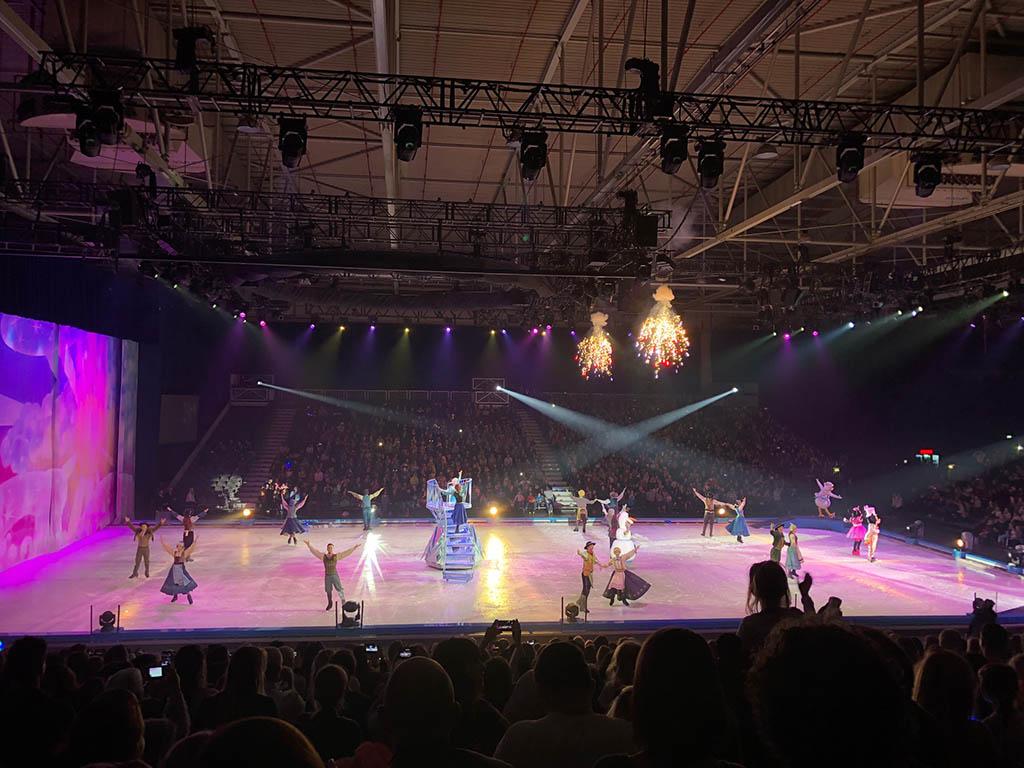 Tijdens de spetterende finale komen alle figuren op het ijs.
