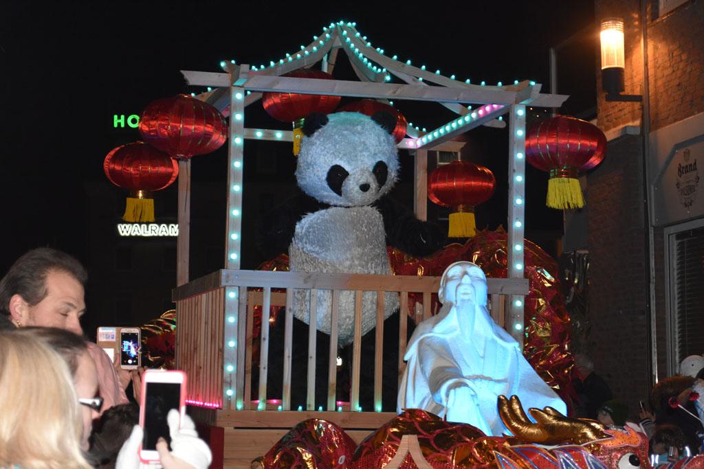 De pandabeer, zijn kleintjes volgen erachteraan