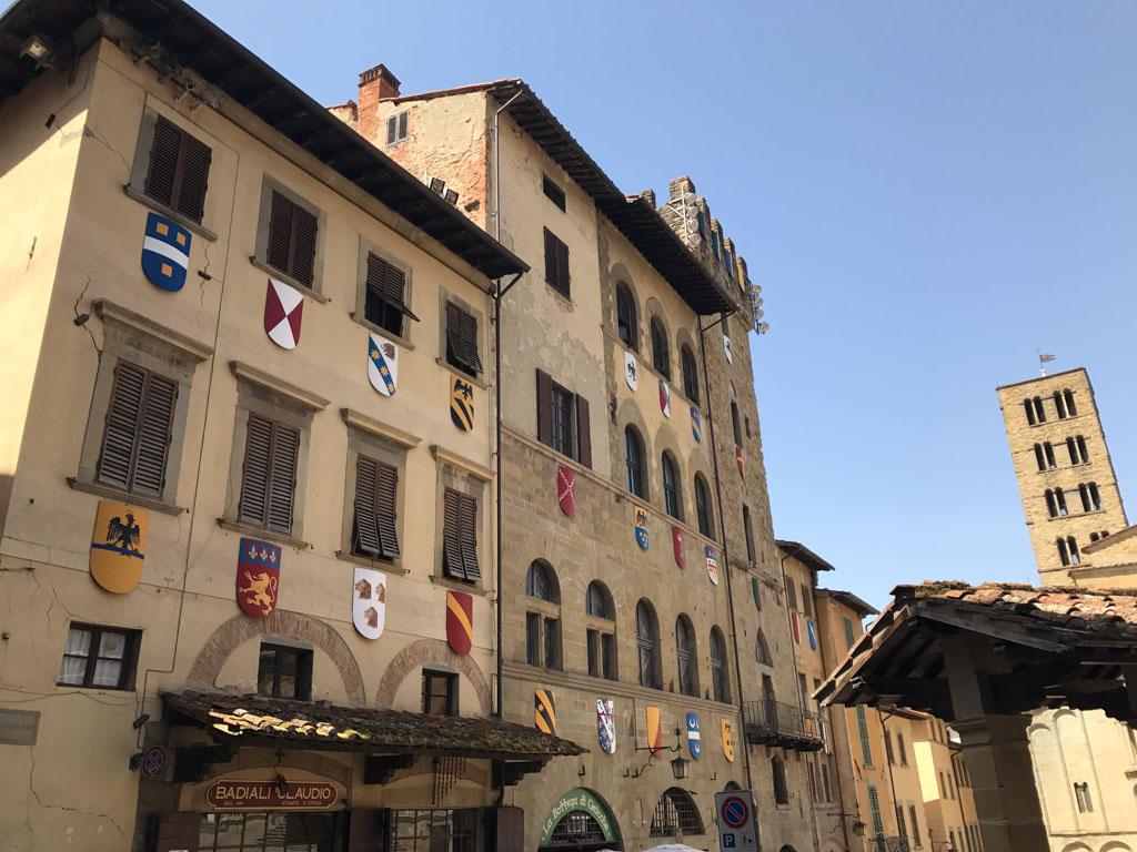 De schilden die je overal in Arezzo ziet.