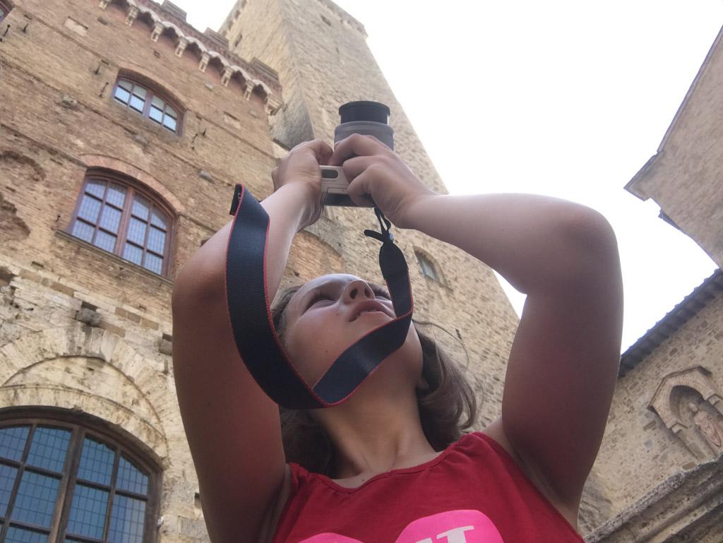 Maureen maakt een foto van een van de torens in San Gimignano.