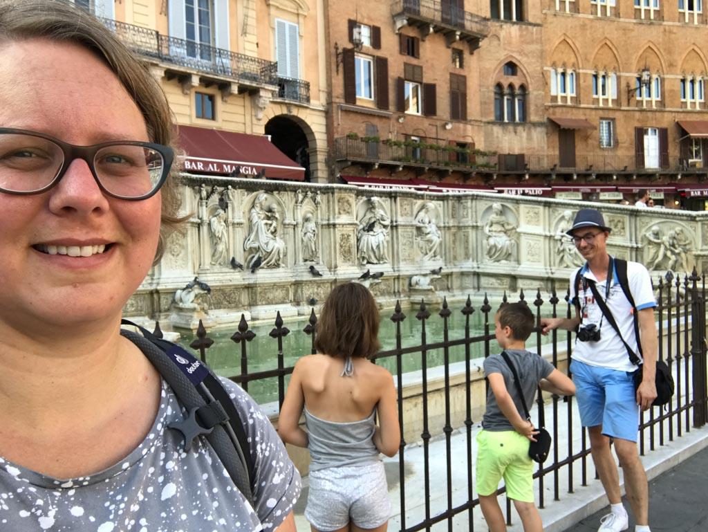 Bij de fontein op het Piazza del Campo.
