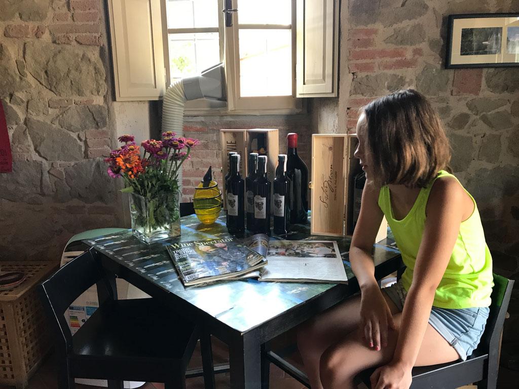 Maureen bekijkt de tafel met informatie over Sting en zijn landgoed.