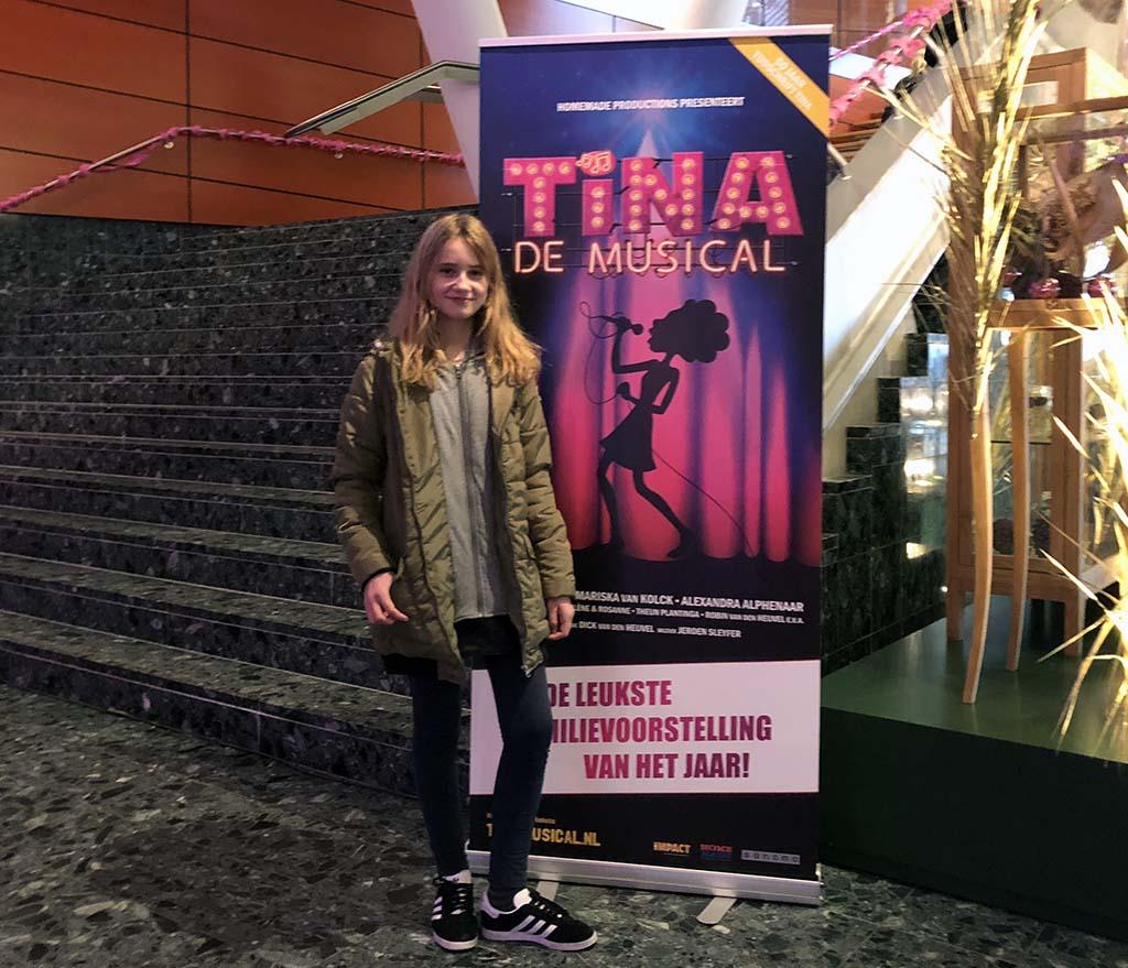 Niet alleen roze ballonnen, maar ook posters van Tina de Musical vinden we bij de entree.