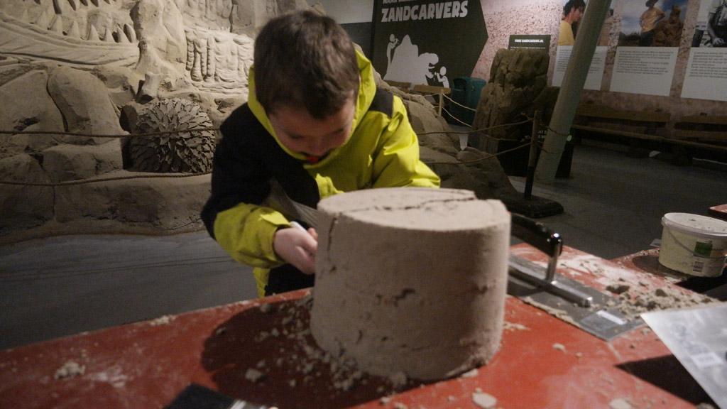 Een eigen zandsculptuur maken.
