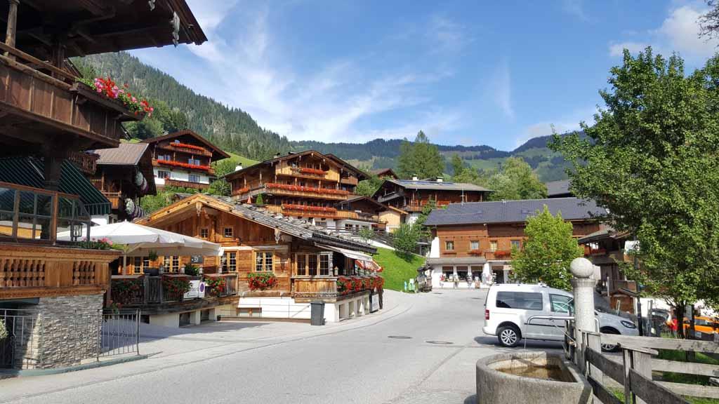 Alpbach is een pittoresk plaatsje in de deelstaat Tirol Alpbacher-Gästehaus-Weiherhof