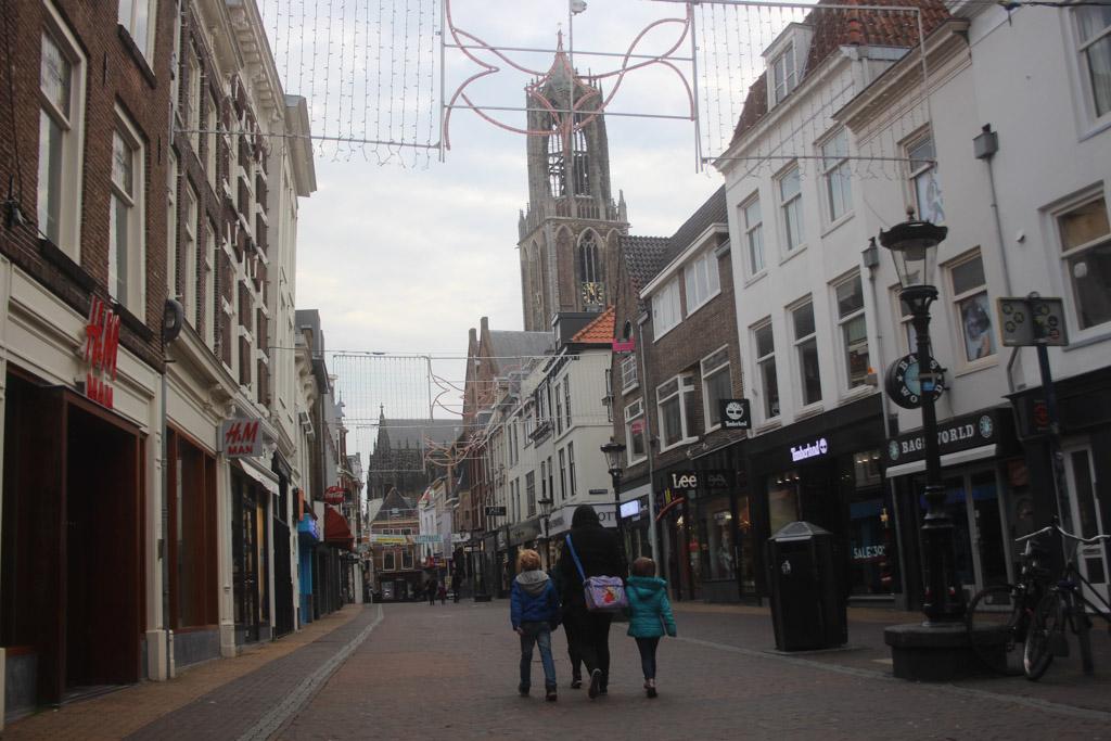 Slenteren door Utrecht tijdens kindvriendelijke stedentrip in Nederland