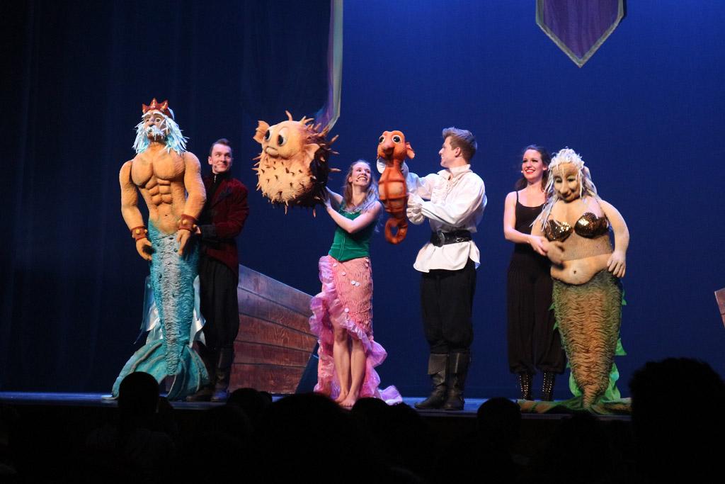 De voorstelling wordt gespeeld met levensgrootte poppen.