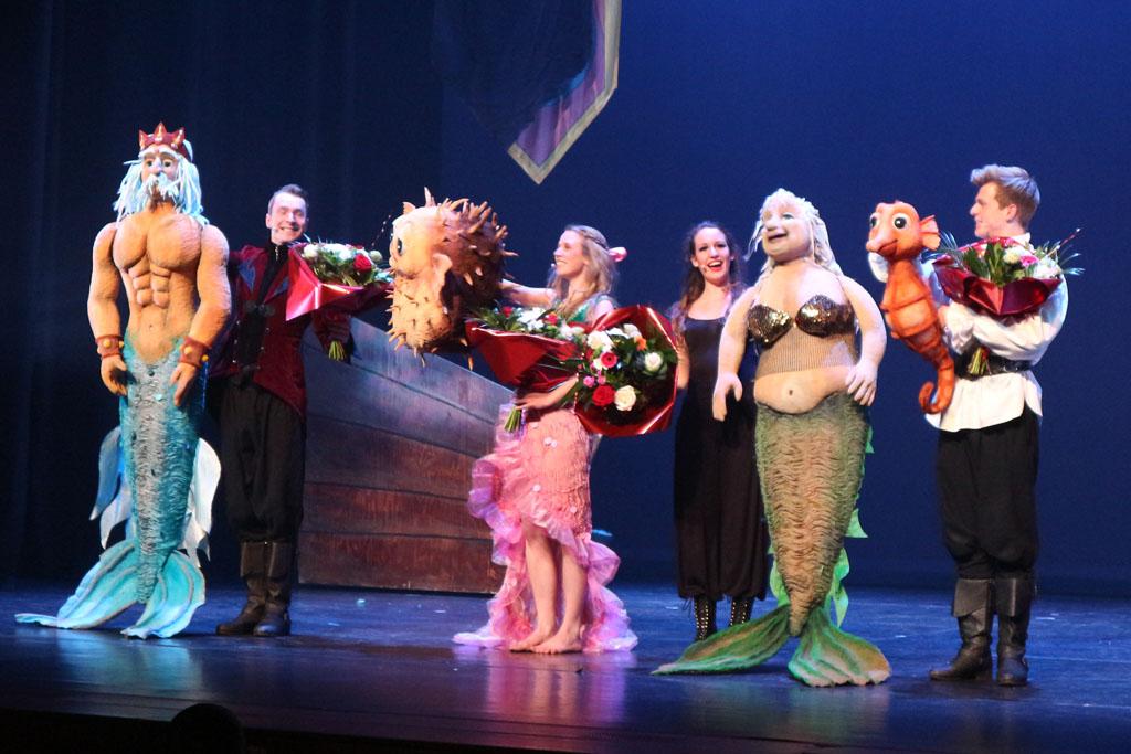Staande ovatie en bloemen voor de cast.