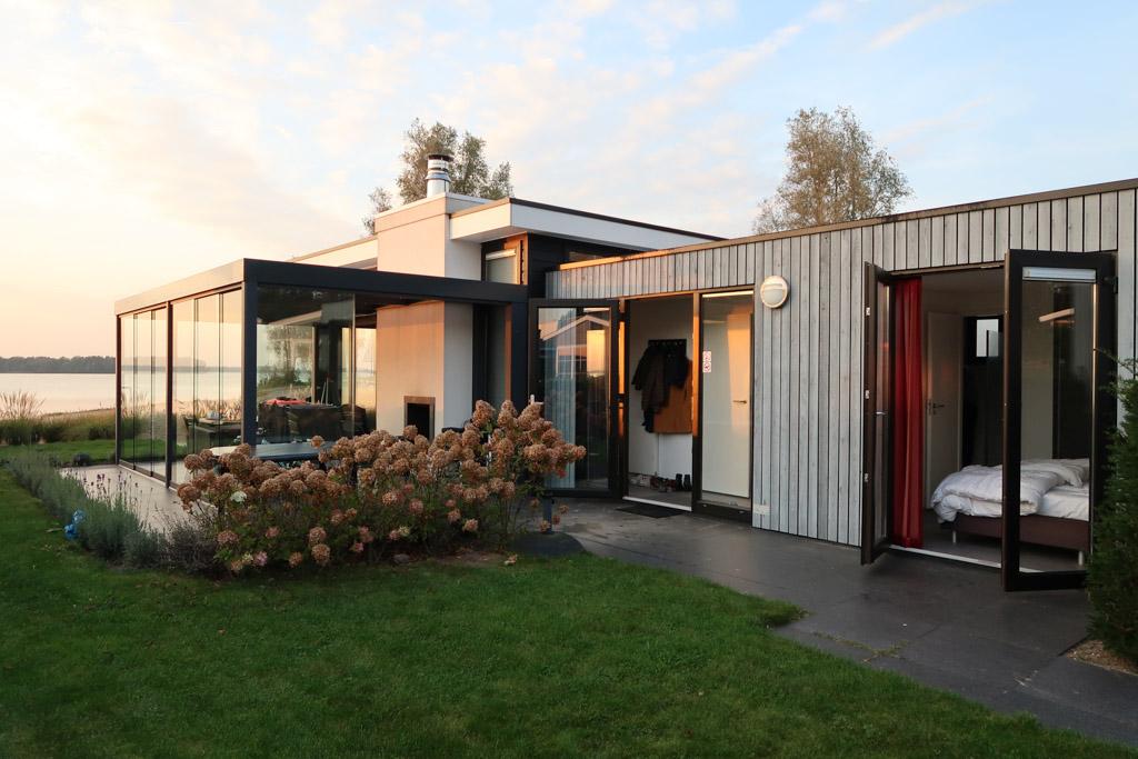 De slaapkamer van het huisje op Droompark Bad Hulckesteijn heeft openslaande deuren.
