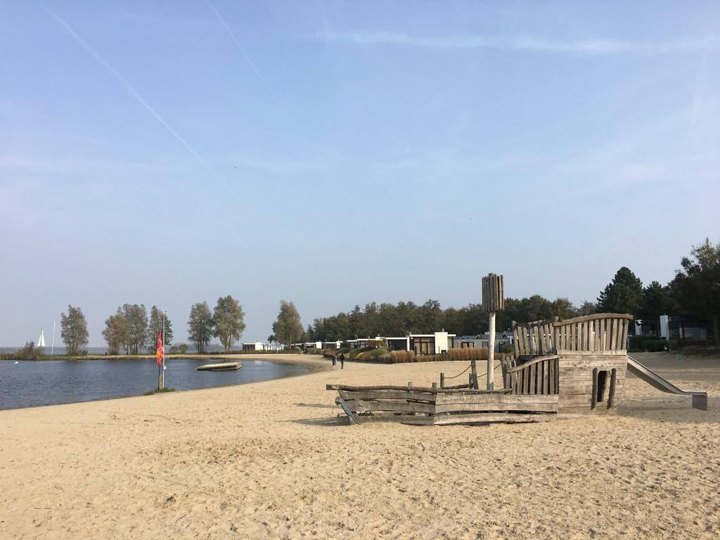 Huisjes aan direct aan het strand op Droomparken Bad Hulckesteijn.