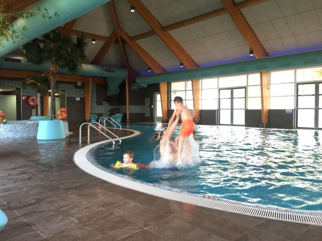 Buiten is het te koud om te zwemmen. Binnen is het heerlijk!