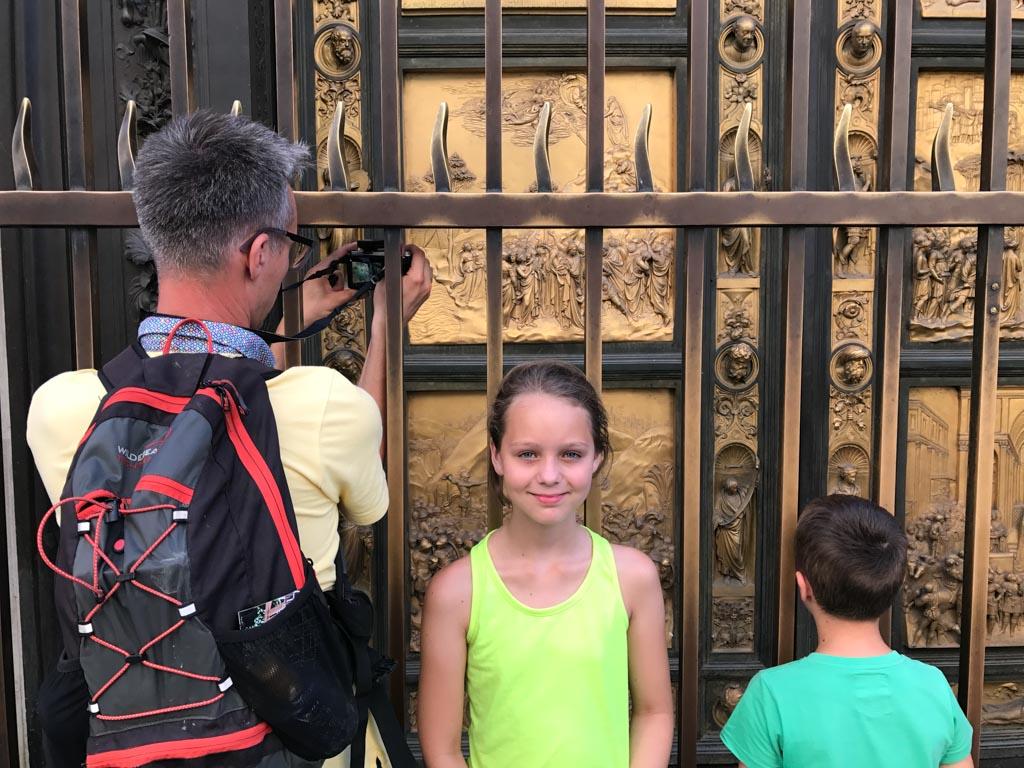 Bekijk zeker de deuren aan de buitenkant van het Baptisterium.