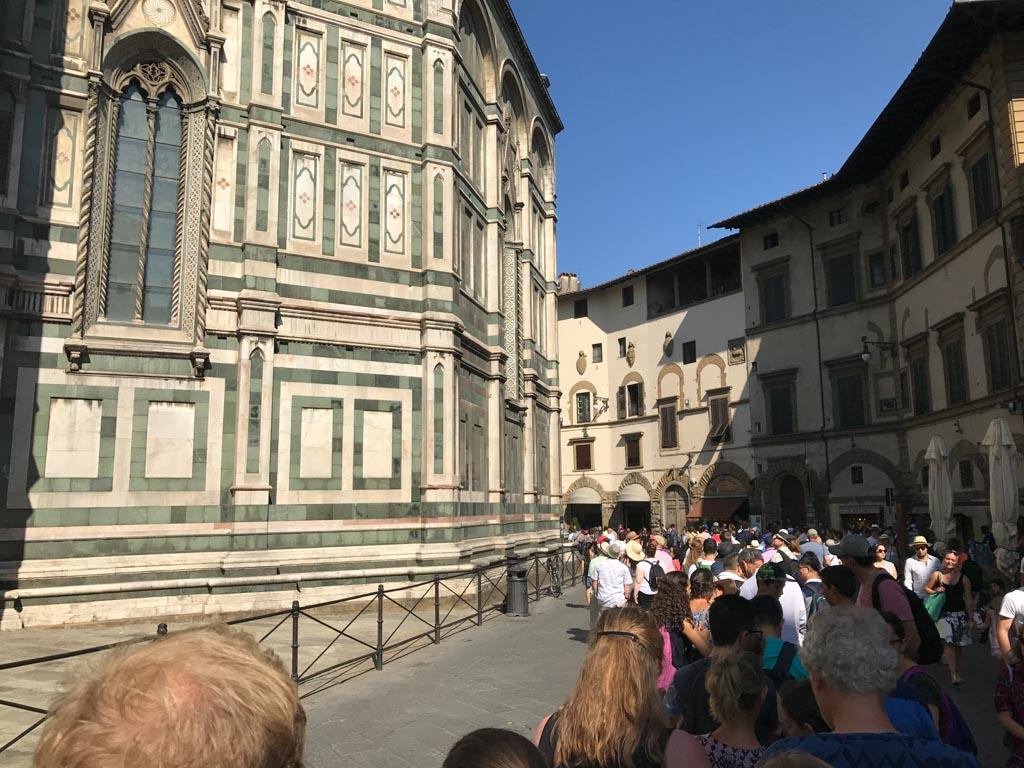 In de hele lange rij bij de Duomo.