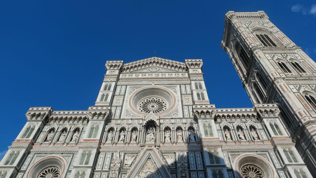 De voorkant van de Duomo en de Campanile ernaast.