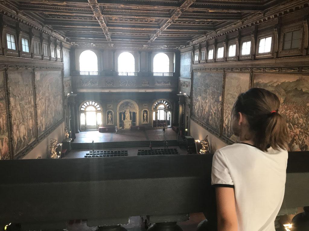 Kijkend over een van de belangrijkste zalen in Palazzo Vecchio.