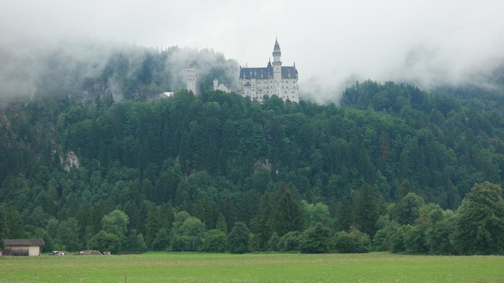 Onderweg zien we het kasteel al liggen. Wel in de wolken, maar niet onzichtbaar.