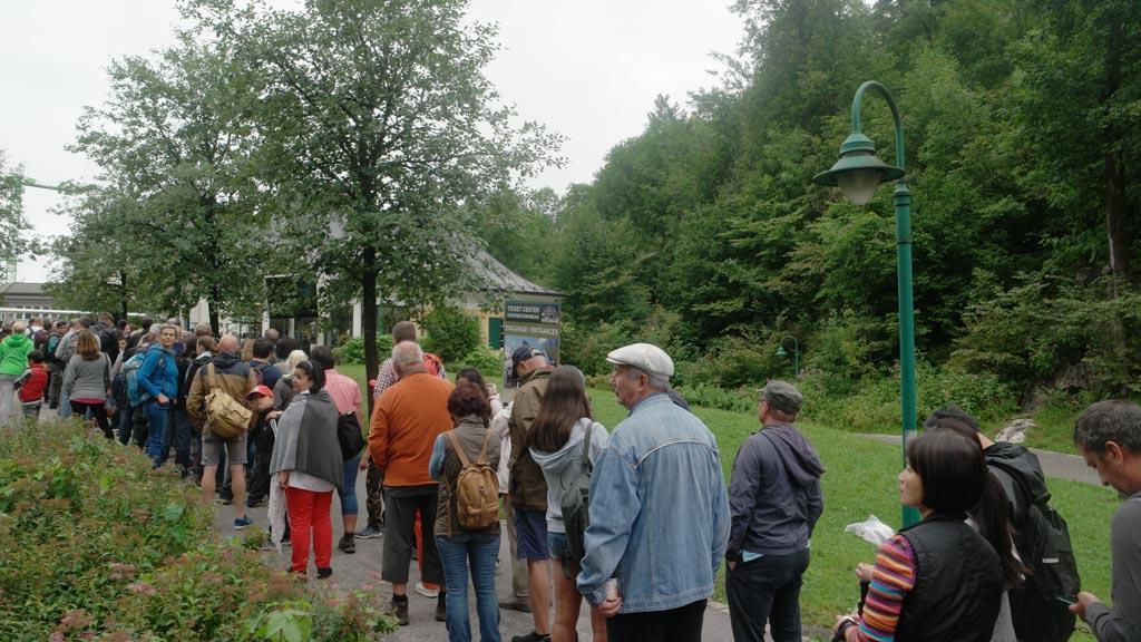 In de zomer staat er een lange rij bij de ticketoffice.