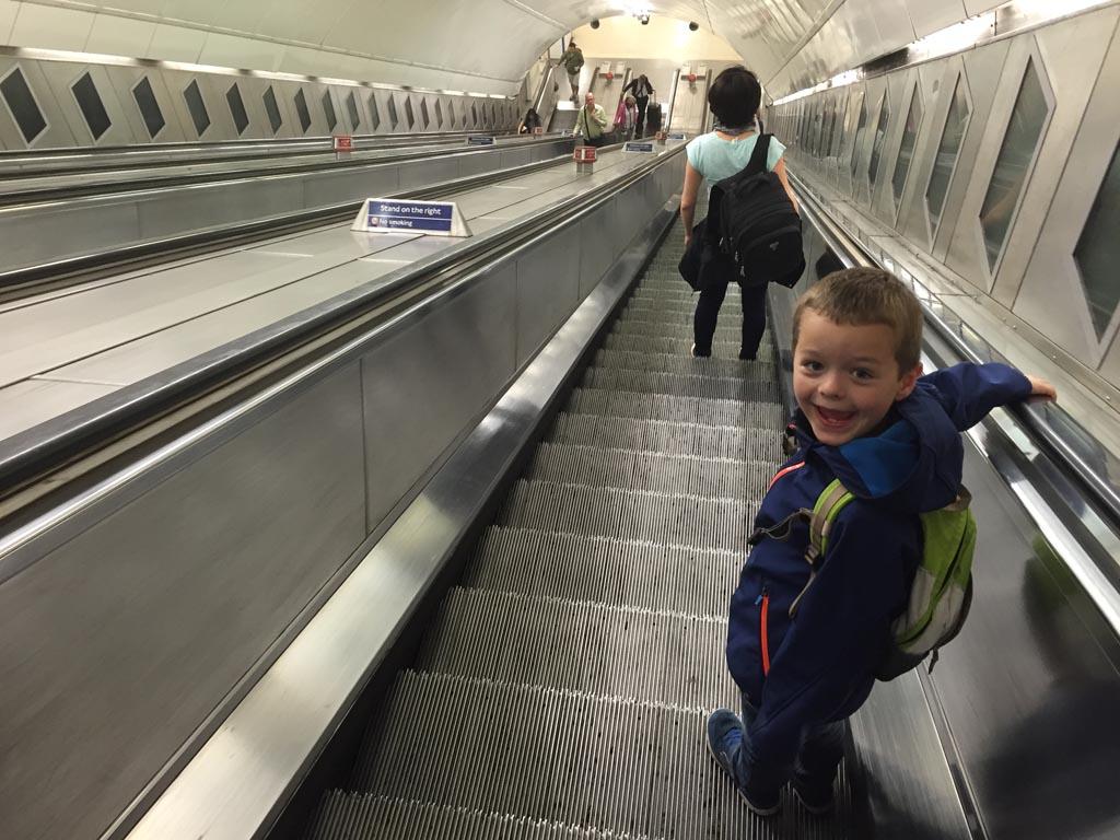 Op de roltrap naar de metro in Londen