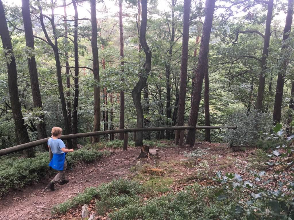 Na een kijkje naar beneden, lopen we het steile pad omlaag