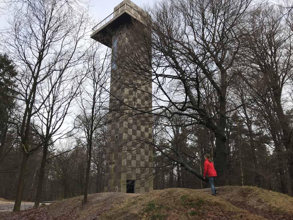 Daar is de uitkijktoren.