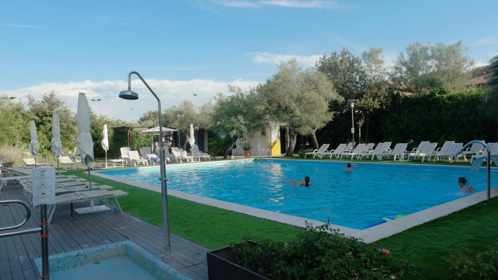 Voldoende ligbedjes rondom het zwembad.