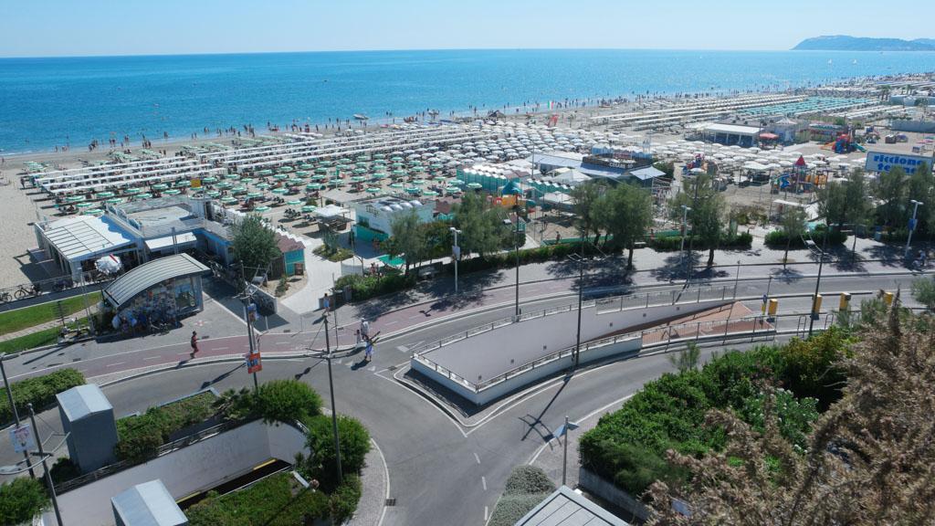 Uitzicht gezien vanuit de voorkant van het hotel. Je loopt zo het strand op.