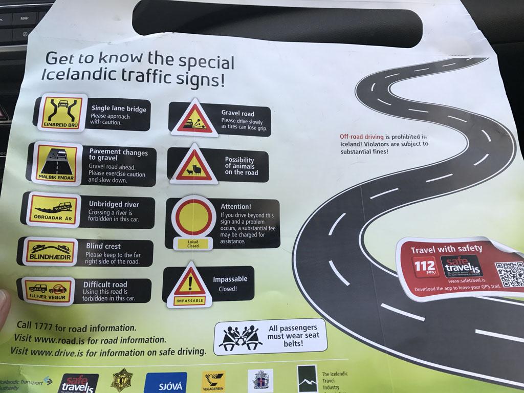 In de huurauto treffen we informatie over typisch IJslandse verkeersborden.